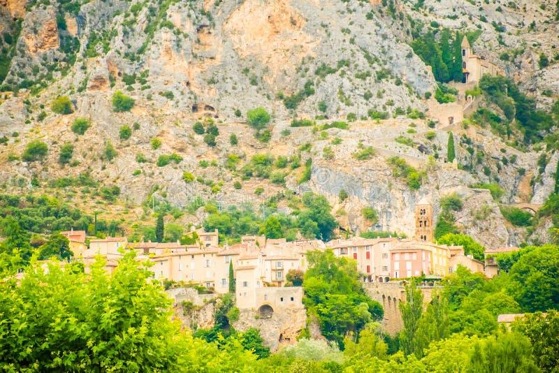 Altes mittelalterliches Dorf Moustiers Sainte Marie, Provence, Verdo stockbild