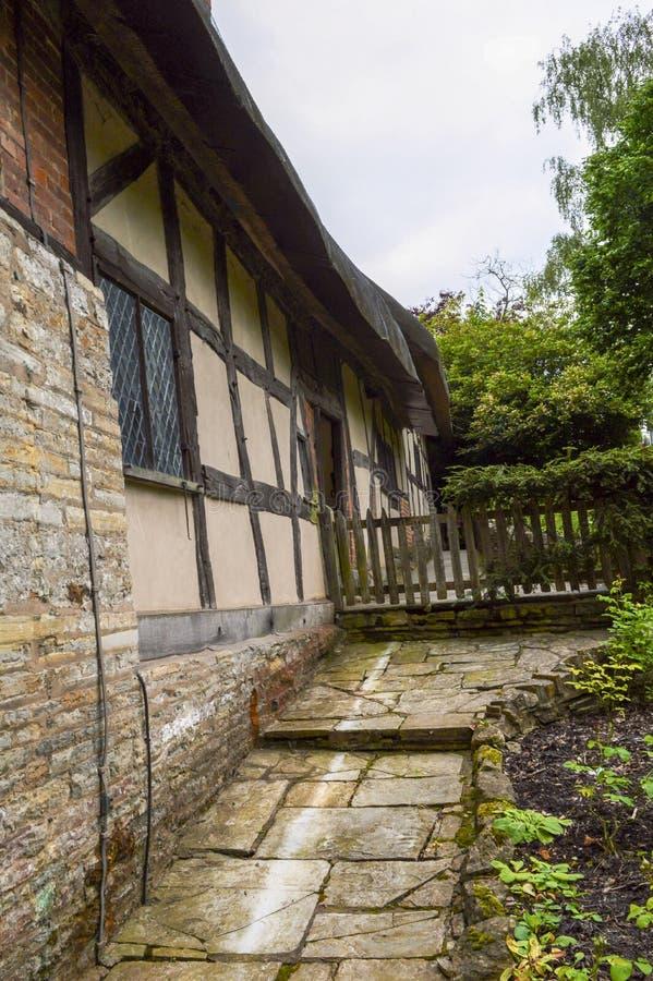 Altes mittelalterliches Häuschen-Haus und Garten stockfotos
