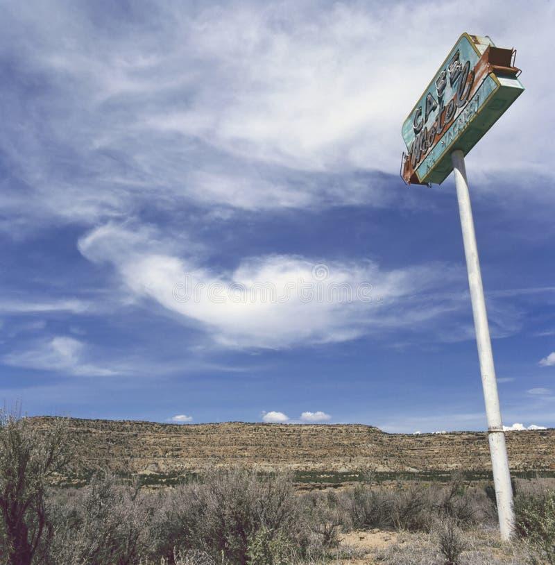Altes Motel kennzeichnen innen die Wüste lizenzfreie stockfotografie