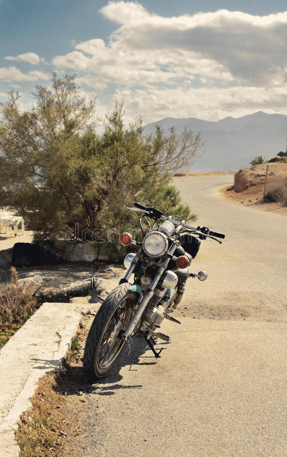Altes Motorrad geparkt auf der Straße getont lizenzfreie stockfotos