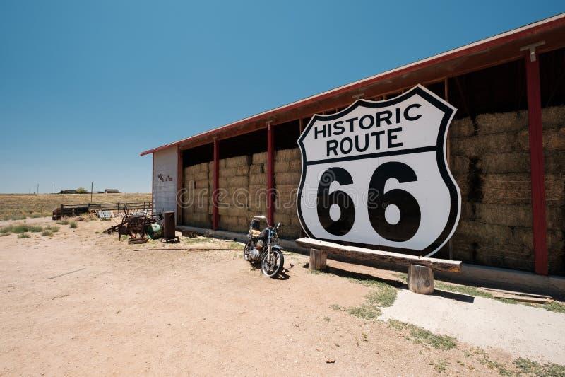 Altes Motorrad nahe historischem Weg 66 in Kalifornien stockfotografie