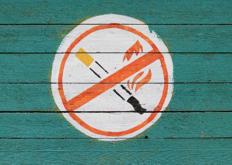 Altes ` Nichtraucher-` und `, die kein offenes Feuer ` auf einer alten hölzernen Wand unterzeichnen stockfotos