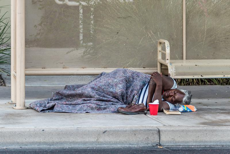 Altes obdachloses Frauen-Schlafen stockfotografie