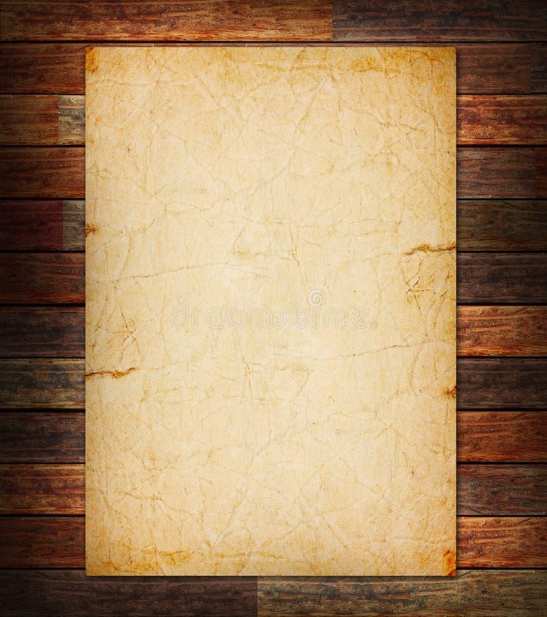 Altes Papier auf dem Holz lizenzfreie stockfotos