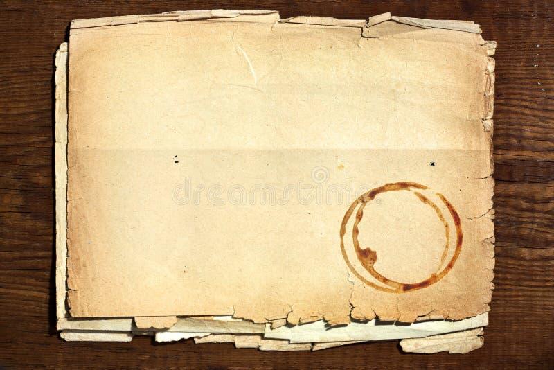Altes Papier auf Holz lizenzfreies stockbild
