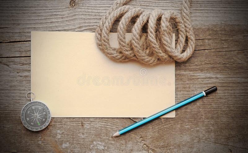 Altes Papier, Kompaß und Seil lizenzfreie stockfotografie