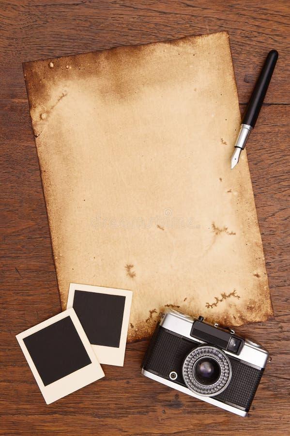 Altes Papier, Tintenstift und Weinlesefotorahmen mit Kamera lizenzfreie stockbilder