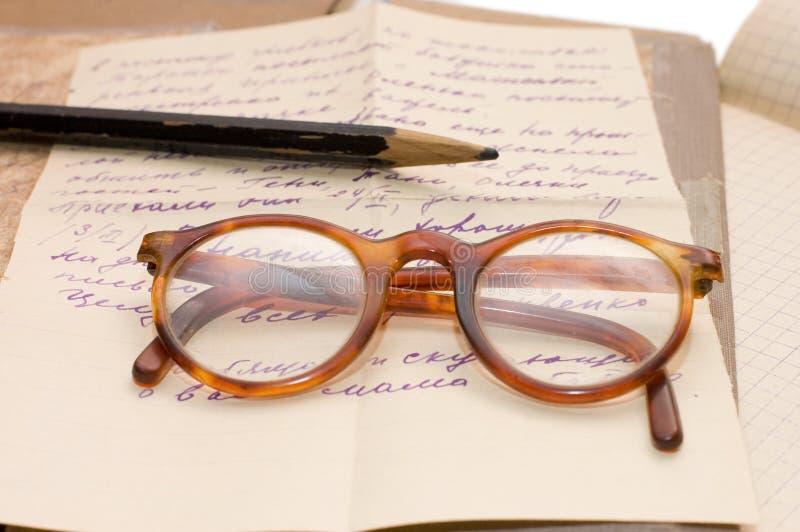 Altes Papier und Gläser stockfotos