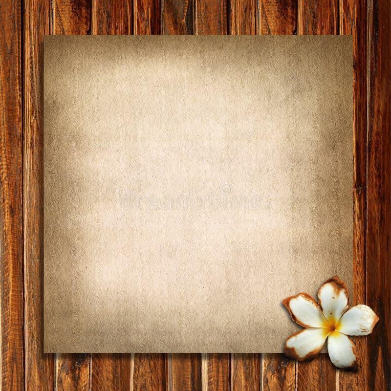 Altes Papier und Plumeria stockfotografie