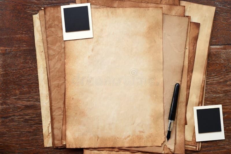 Altes Papier und Stift mit Fotorahmen stockfotos