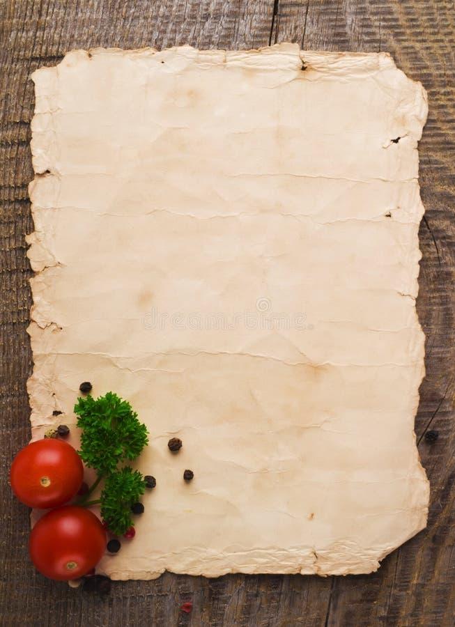 Altes Papierblatt und Gemüse für ein Menü stockfoto