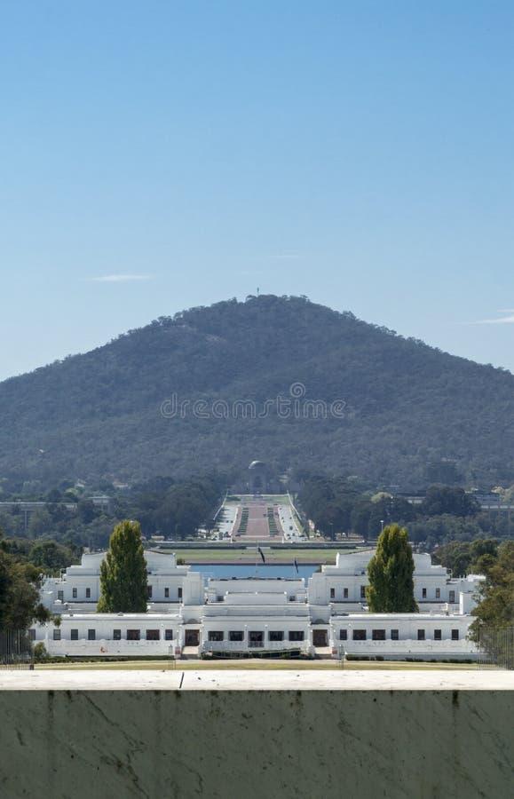 Altes Parlamentsgebäude und Anzac War Memorial, Canberra, TAT, Aust lizenzfreies stockfoto