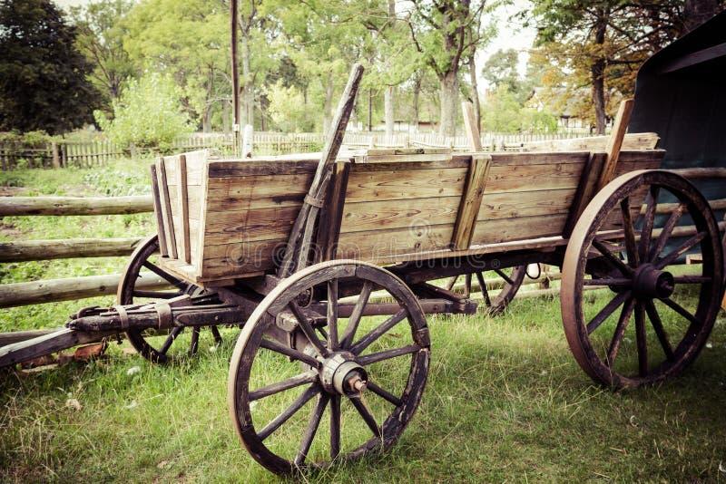 Altes Pferd gezeichneter hölzerner Warenkorb stockfotos