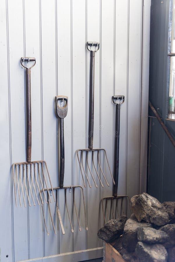 Altes pitcfork benutzt, um Kohle in das steamoven einzusetzen stockfotografie