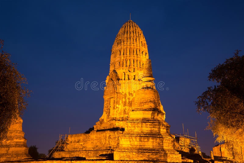Altes prang buddhistischer Tempel von Wat Ratcha Burana in der Nachtbeleuchtung Ayutthaya thailand lizenzfreies stockfoto