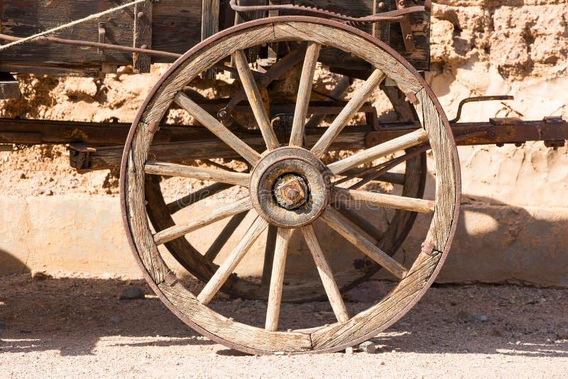 Altes Rad eines Planwagens lizenzfreie stockbilder