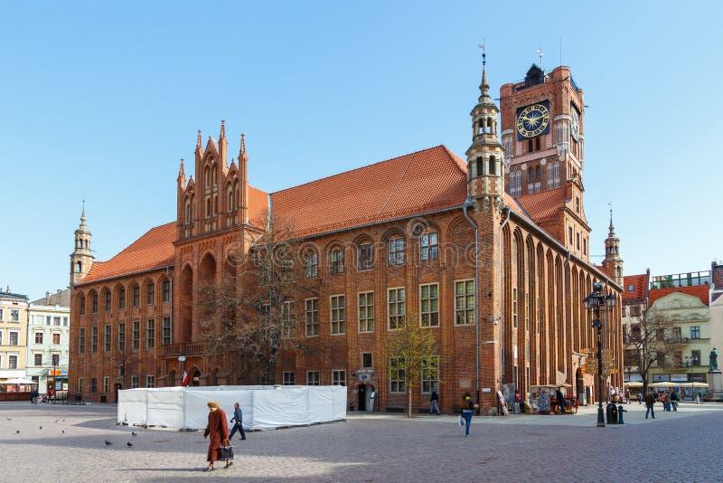 Altes Rathaus mit gotischem Turm auf altem Stadtmarkt stockfotos