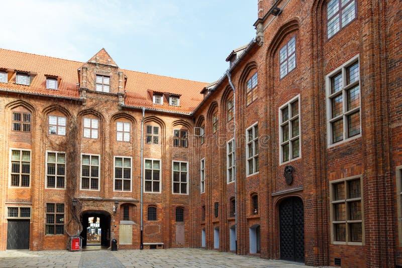 Altes Rathaus mit gotischem Turm auf altem Stadtmarkt stockbild