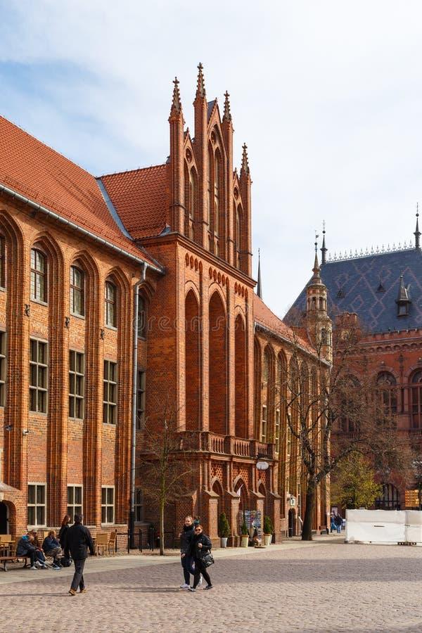 Altes Rathaus mit gotischem Turm auf altem Stadtmarkt lizenzfreie stockfotos