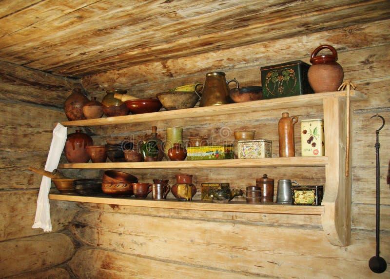 Altes Regal für Küchegeräte. stockfoto