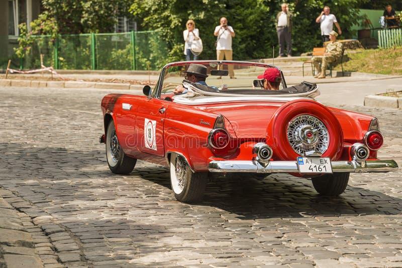 Altes Retro- Auto Ford Thunderbird, der Teilnahme am Rennen nimmt stockbild