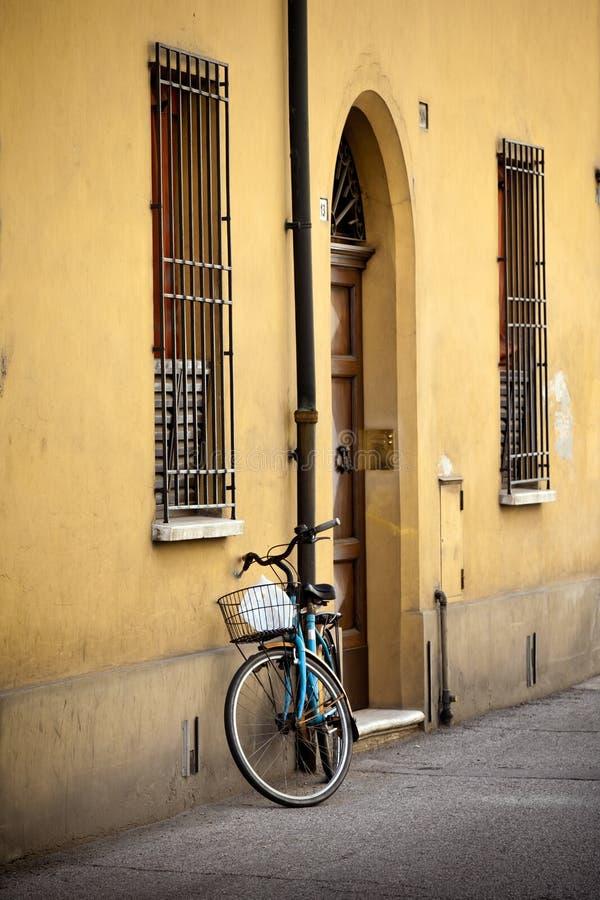 altes retro fahrrad mit korb in italien stockbild bild. Black Bedroom Furniture Sets. Home Design Ideas