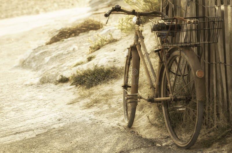 Altes Retro- Fahrrad verlassen auf dem Strand lizenzfreie stockfotografie
