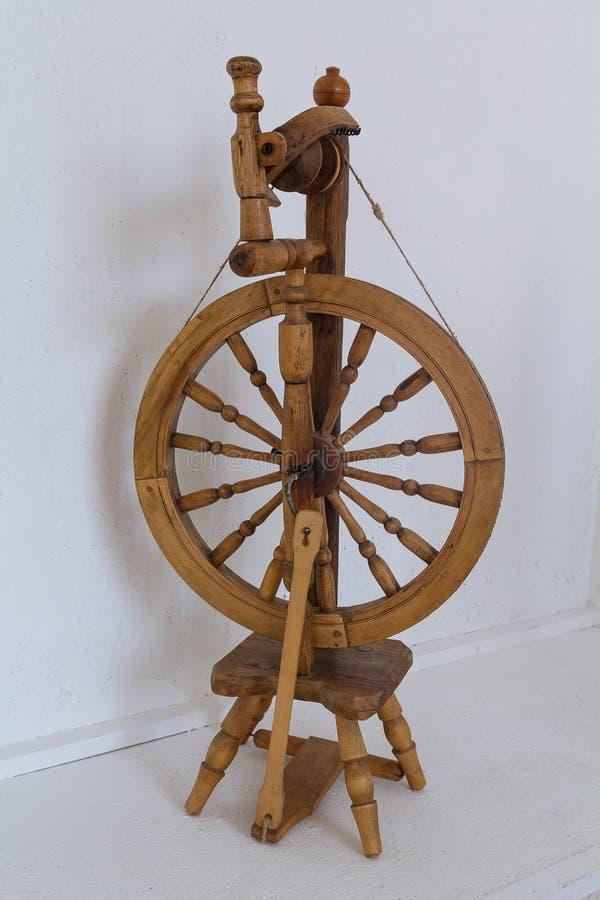 Altes Retro- hölzernes Spinnrad stockbilder