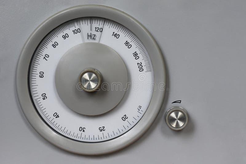 Altes Retro- messendes analoges Instrument für messende Frequenz, Radio, Kopienraum, Weinlese, Hz, runde Maßskala, Kreis lizenzfreies stockbild