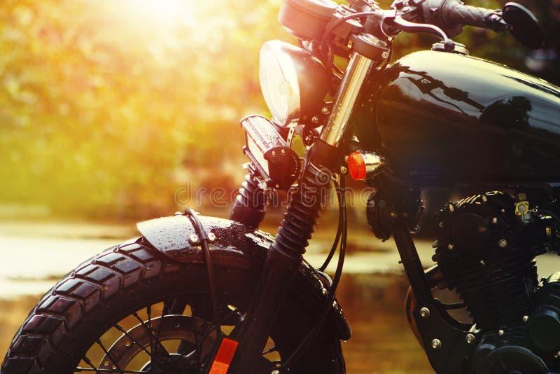 Altes Retro- Motorrad und schöner Sonnenunterganghimmelhintergrund lizenzfreie stockbilder