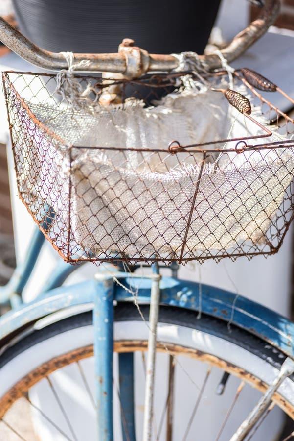 Altes Retro- Rostiges Fahrrad Mit Drahtkorb Auf Lenkstangen ...