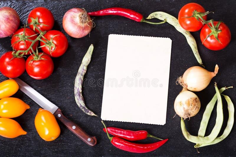 Altes Rezeptbuch mit Gemüse für das Kochen stockfotos