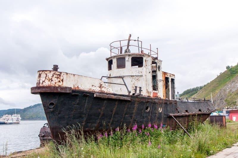 Altes rostiges Fischerboot nahe dem Ufer stockbilder
