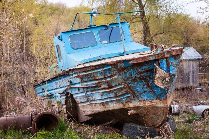 Altes rostiges Motorboot stockbild