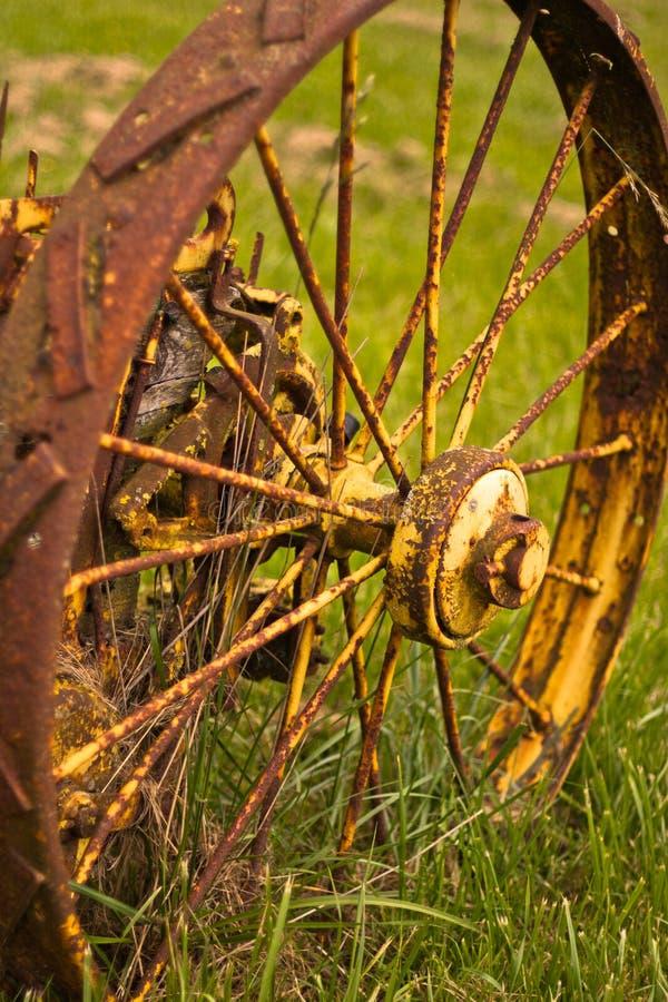 Altes rostiges Rad stockfoto
