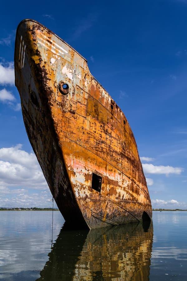 Altes rostiges Schiff laufen gestrandet oder auf den Strand gesetzt stockfotografie