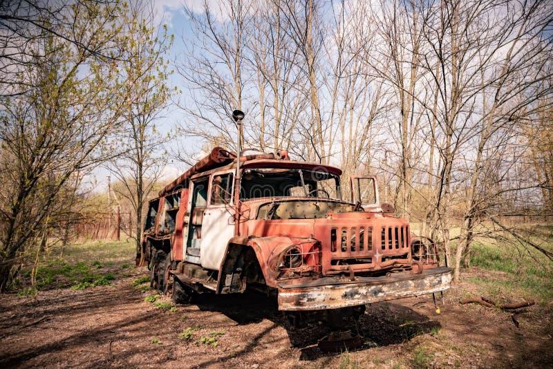 Altes rostiges verlassenes sowjetisches Löschfahrzeug in der Tschornobyl-Ausschlusszone lizenzfreie stockfotografie
