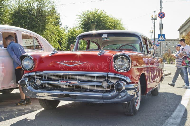 Altes rotes Chevrolet auf Ausstellung von Weinleseautos lizenzfreie stockfotografie