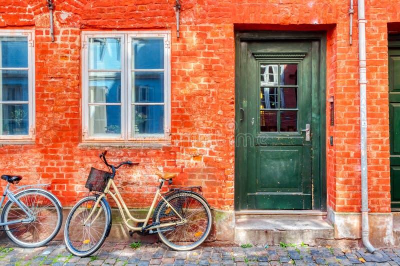 Altes rotes Haus im Zentrum von Kopenhagen mit Fahrrad Old Medival District in Kopenhagen, Dänemark stockbild