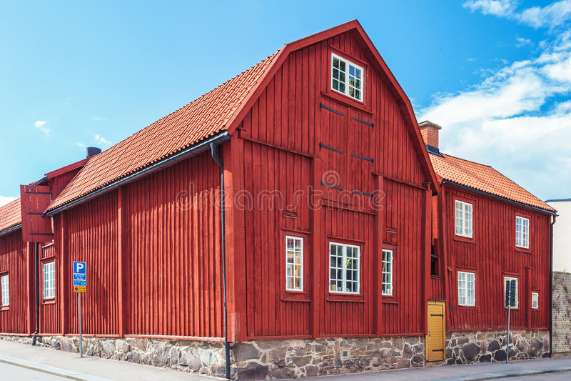 Altes rotes Holzhaus in Karlskrona, Schweden lizenzfreie stockfotografie
