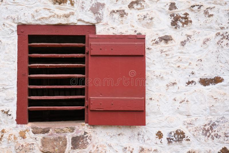 Altes rotes Scheunen-Fenster lizenzfreie stockfotos