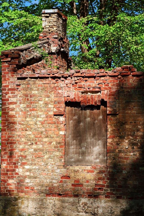 Altes ruiniert vom Haus des roten Backsteins lizenzfreie stockbilder