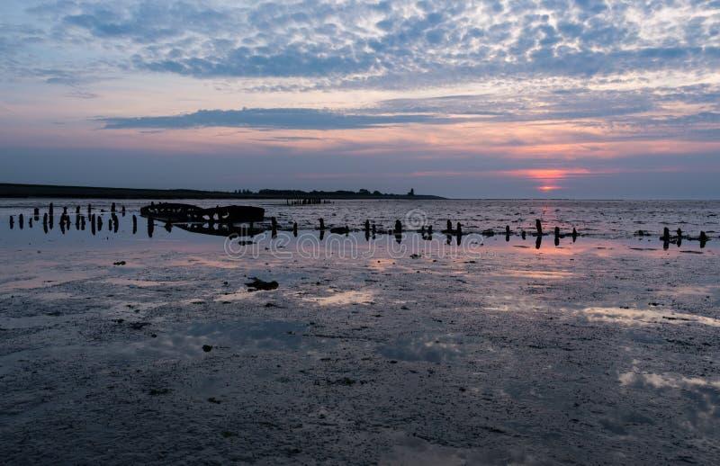Altes ruiniertes Boot mit Sonnenuntergang stockfotos