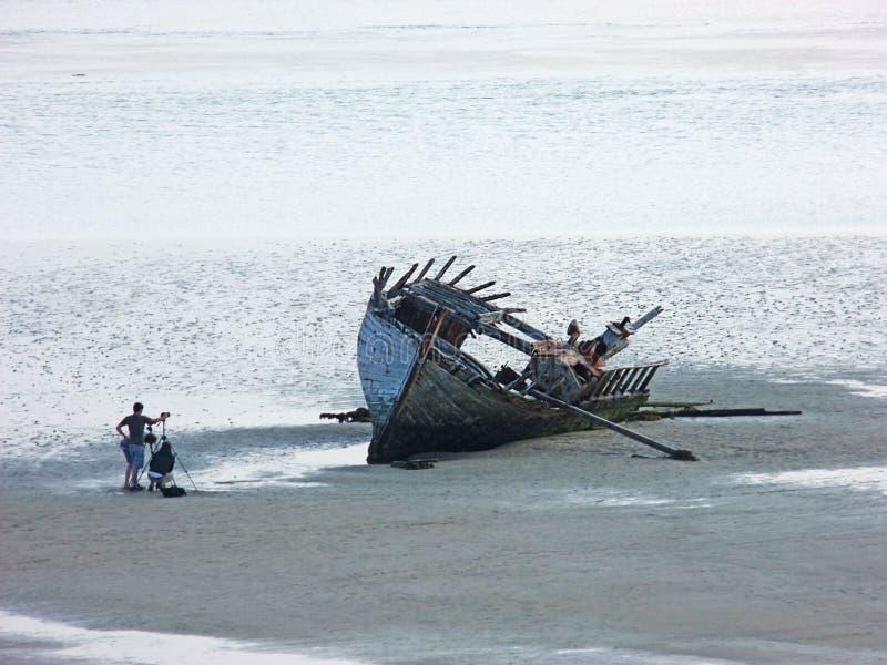 Altes ruiniertes Bootsschiff setzte Magherclogher-Strand Co auf den Strand Donegal, Irland lizenzfreie stockfotos
