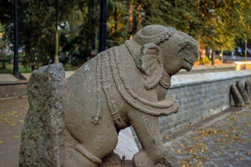 Altes ruiniertes altes episches Steinschnitzen eines Elefanten in der alten Stadt von Indien lizenzfreie stockfotos