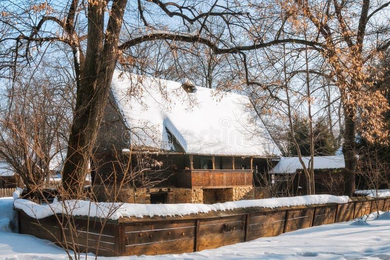 Altes rumänisches Häuschen bedeckt im Schnee lizenzfreies stockfoto