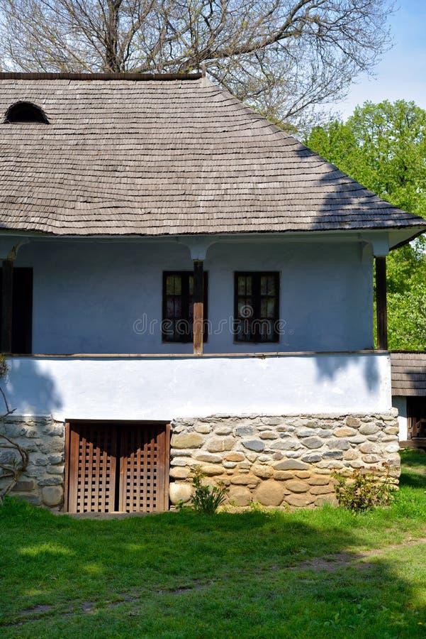 Altes rumänisches traditionelles Dorfholz und Steinhaus lizenzfreies stockfoto
