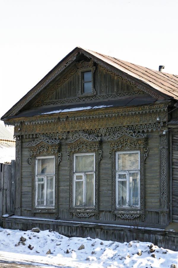 Altes russisches Haus mit geschnitzten Fensterrahmen Schönes Holzhaus im Winterwetter stockbilder