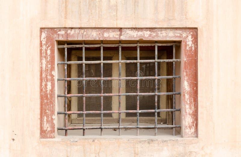 Altes rustikales Metallgitter auf Front des kleinen Fensters stockfotos