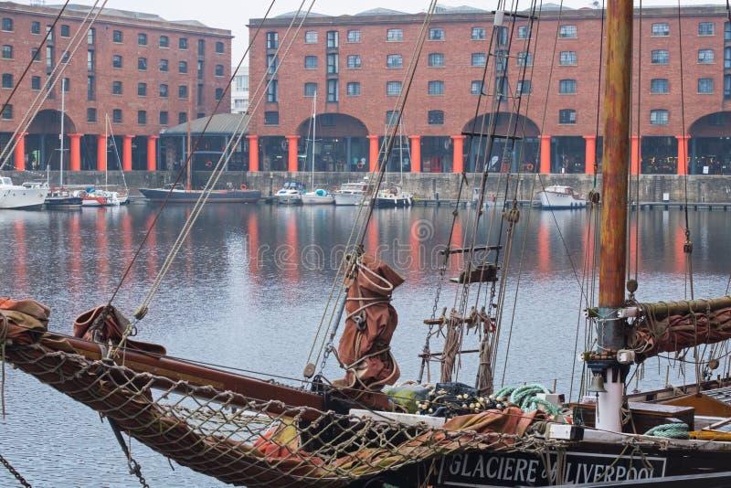 Altes sailship in einem wieder hergestellten viktorianischen Dock lizenzfreie stockbilder
